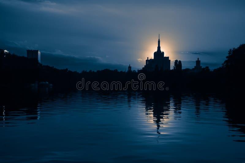 Бухарест Румыния вечернее закате Герастрау парк dusk sundown silhouette Casa Presei стоковые фотографии rf