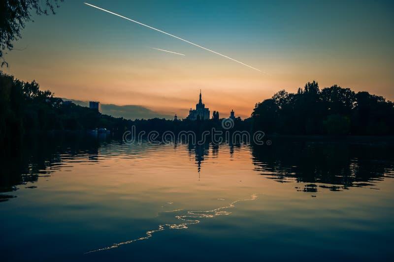 Бухарест Румыния вечернее закате Герастрау парк dusk sundown silhouette Casa Presei стоковые изображения