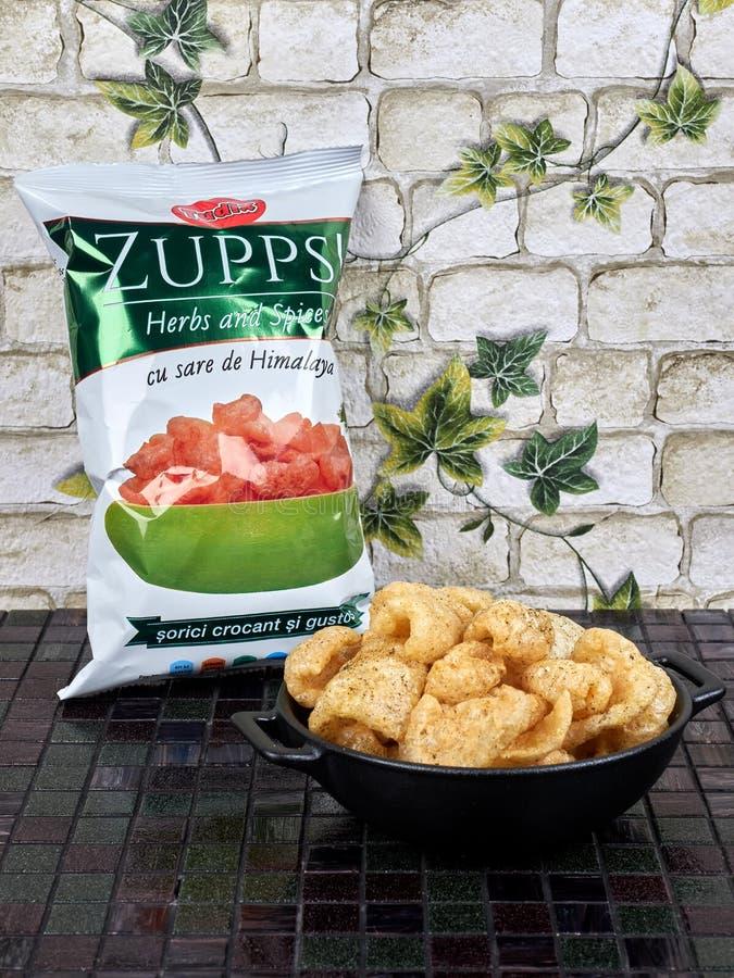 Бухарест, Румыния - 25 ноября 2019 года: Zupps, местный бренд из жареной свинины, напоминающий чихарроны стоковые изображения
