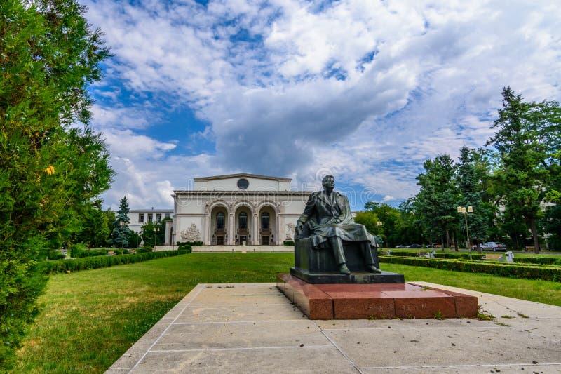 БУХАРЕСТ, РУМЫНИЯ - 30-ОЕ АВГУСТА: Румынский национальный фасад оперы 30-ого августа 2015 в Бухаресте, Румынии стоковая фотография