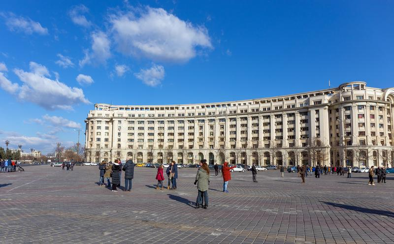 БУХАРЕСТ, РУМЫНИЯ - 31-ОЕ ДЕКАБРЯ: Piata Constitutiei 31-ого декабря 2015 в Бухаресте стоковые фото