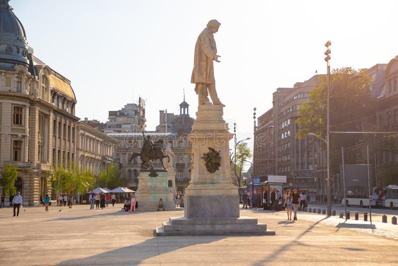 Бухарест, Румыния - 28 04 2018: Статуи на квадрате университета, расположенном в городском Бухаресте, около университета  стоковые фотографии rf