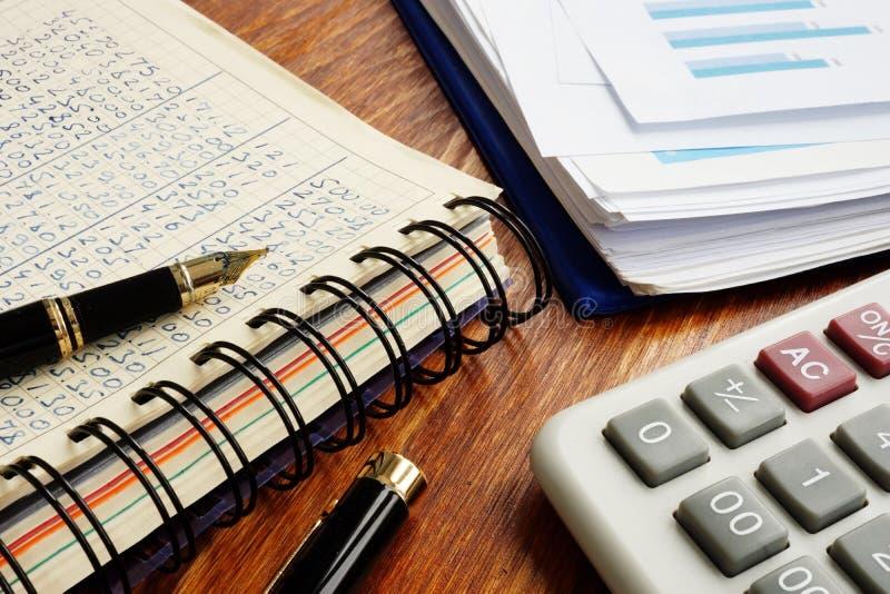 Бухгалтерия мелкого бизнеса Финансовые документы и ручка на столе офиса стоковая фотография