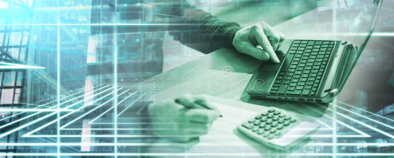 Бухгалтер работая на ноутбуке; множественная выдержка стоковое фото rf