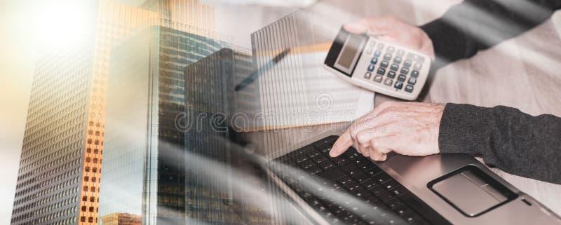 Бухгалтер работая на ноутбуке; множественная выдержка стоковая фотография rf