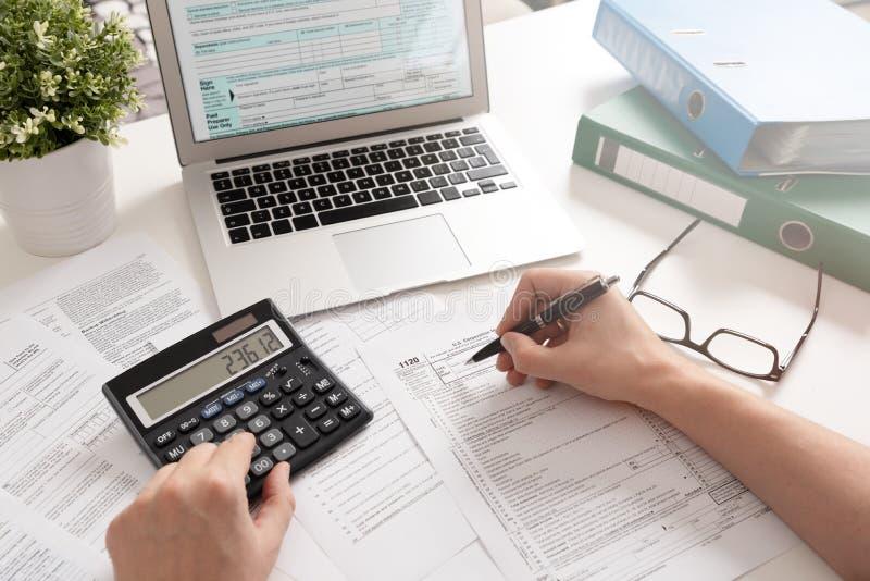 Бухгалтер работая с налоговыми формами США стоковые изображения rf