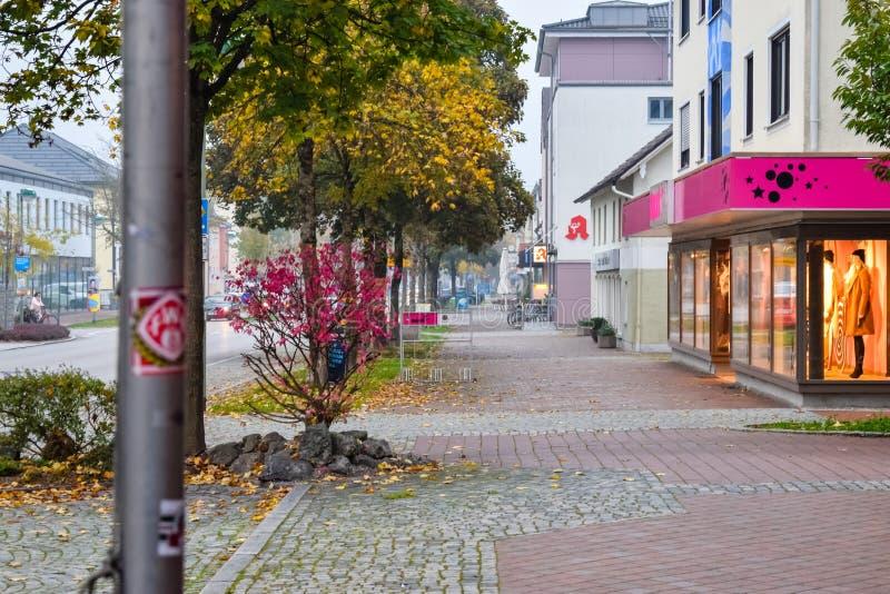 БУХЛО, ГЕРМАНИЯ - ОКТЯБРЬ 09, 2018: Осенью пустынная улица в маленьком европейском городе стоковое фото rf