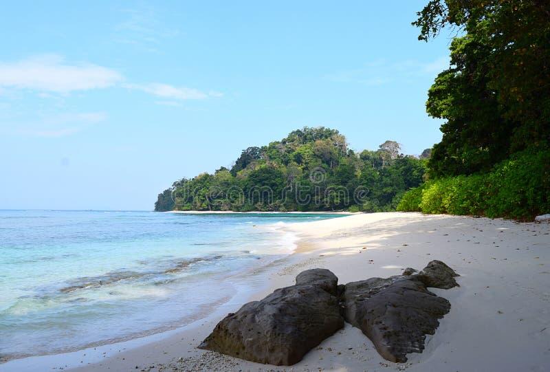 Бухта ` s Нейл на пляже Radhanagar, остров Havelock, Andaman & Nicobar, Индия - красивый пейзаж с морем, камнями, и растительност стоковые фото