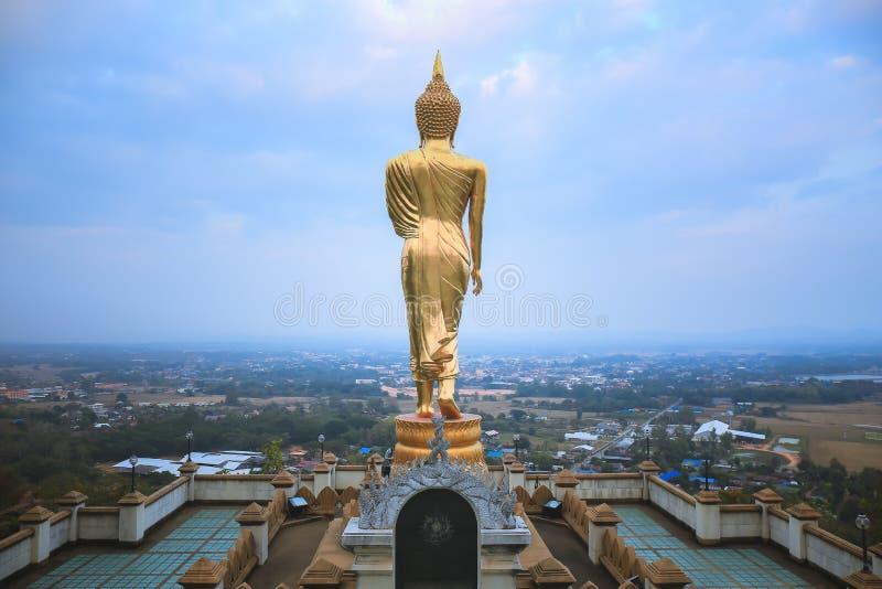 Будда в идя позиции, Wat Phra то Khao Noi стоковое фото rf