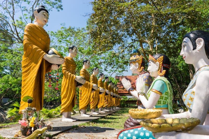 Будда и его статуя ученика в лесе стоковое изображение rf