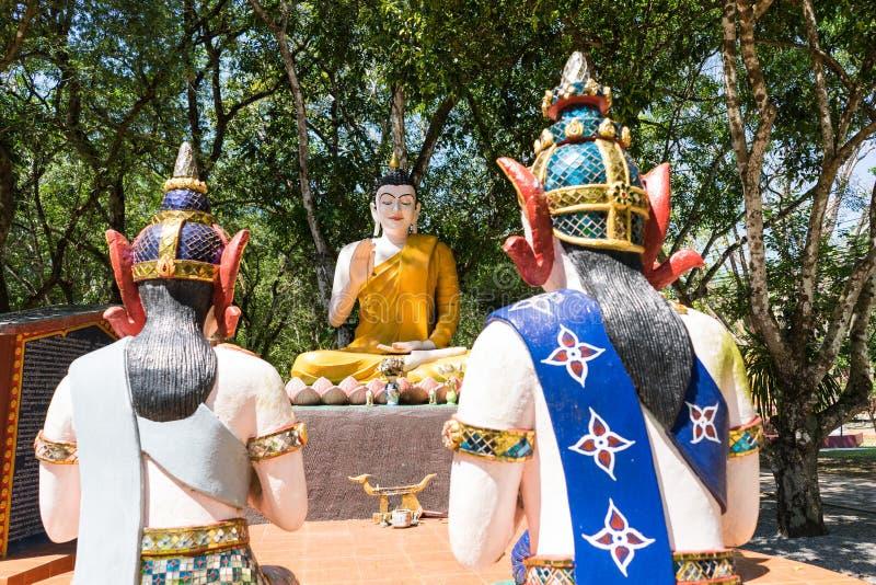 Будда и его статуя ученика в лесе стоковые изображения rf