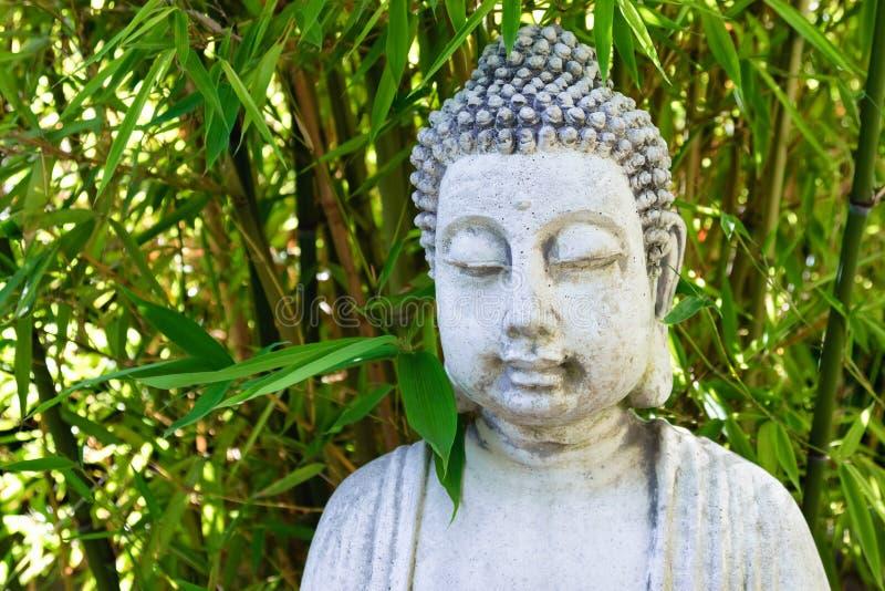 Будда с бамбуком выходит концепция курорта предпосылки стоковое изображение