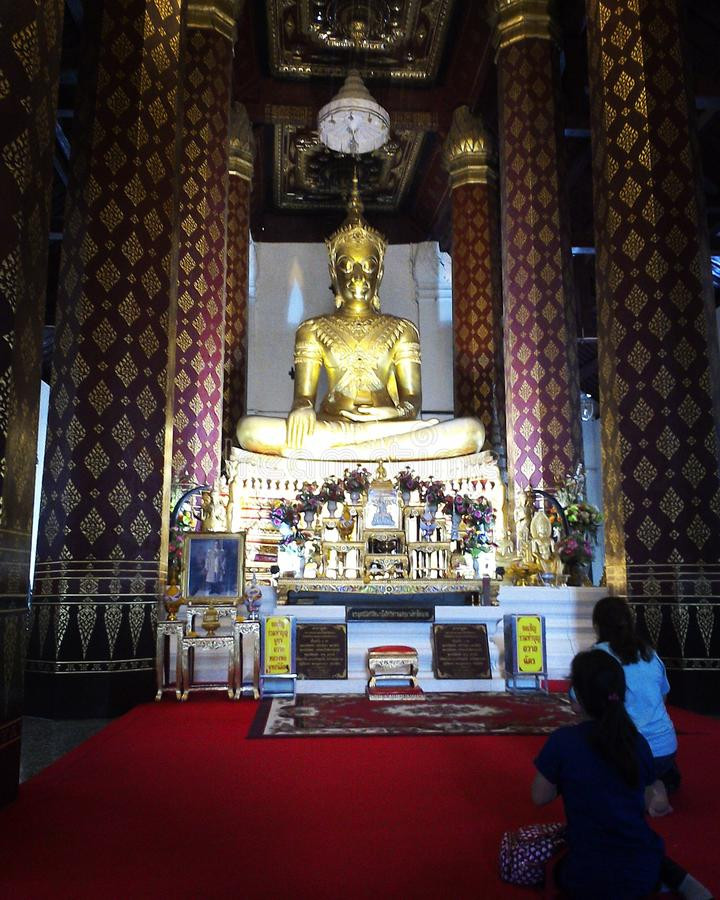 Буддизм Будды молит стоковая фотография