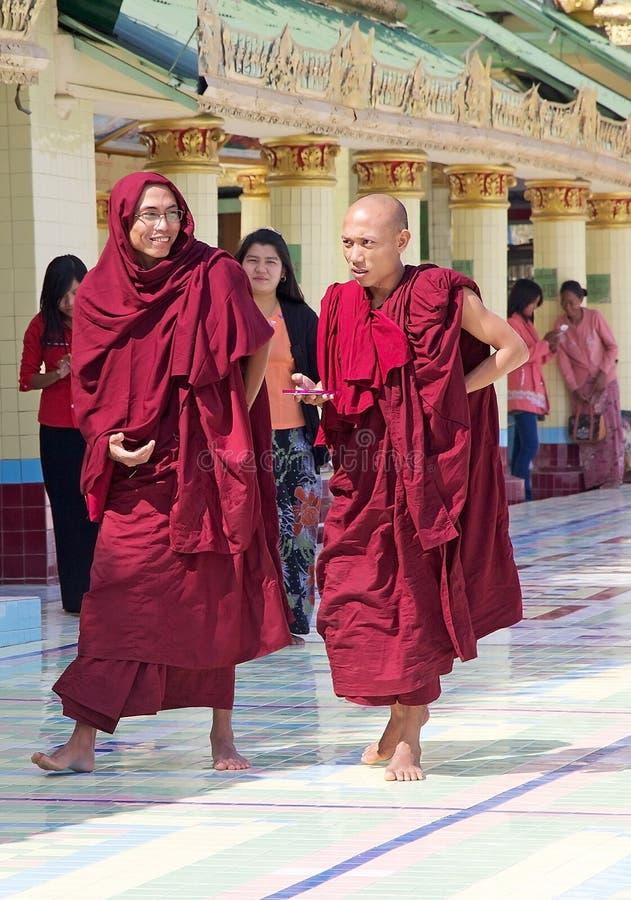 Буддийские монахи на пагоде голени Sone Oo Pone Nya, Мьянме стоковые изображения