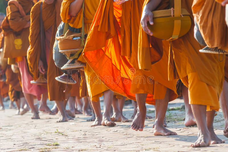 Буддийские монахи шли на тротуар стоковые изображения