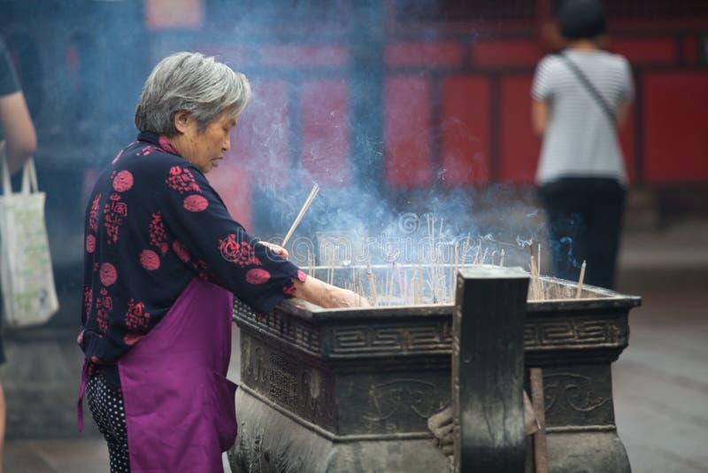 Буддийские молитвы горя ладан стоковые изображения rf