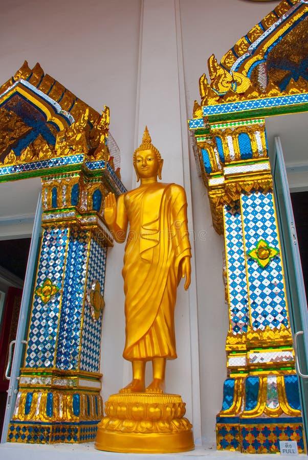 Буддийский висок в городе Бангкоке, статуе золота Таиланд стоковое изображение rf