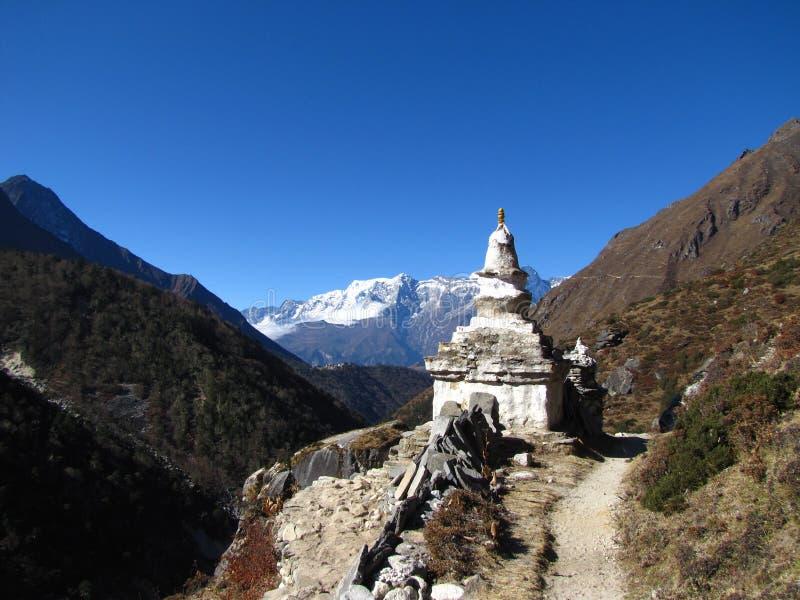 Буддийское stupa на заднем плане гор в Гималаях стоковая фотография rf