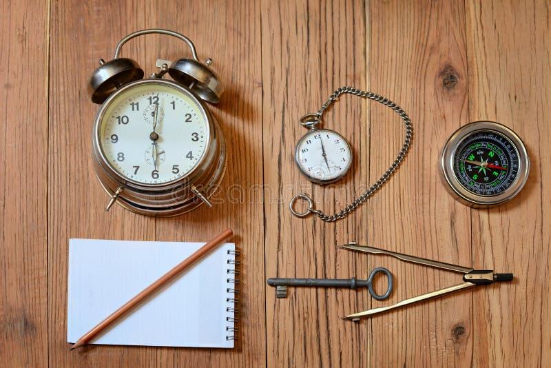 Будильник, карманный вахта и компас стоковая фотография