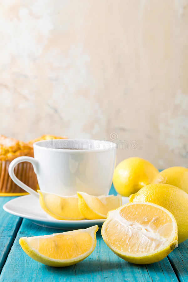 Булочки лимона с чашкой чаю/кофе стоковая фотография rf