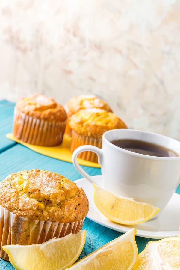 Булочки лимона с чашкой чаю/кофе стоковое фото