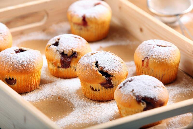Булочки при варенье взбрызнутое с напудренным сахаром на деревянном подносе стоковое изображение rf