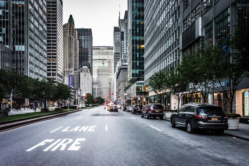 Бульвар парка на 51st улице, в центре города Манхаттане, Нью-Йорк стоковые изображения rf