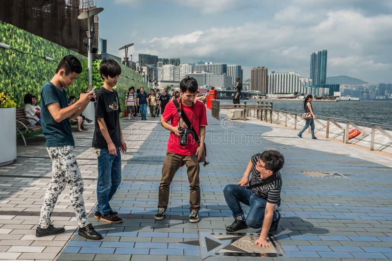Бульвар людей туристский звезд Tsim Sha Tsui Kowloon Гонконга стоковое изображение