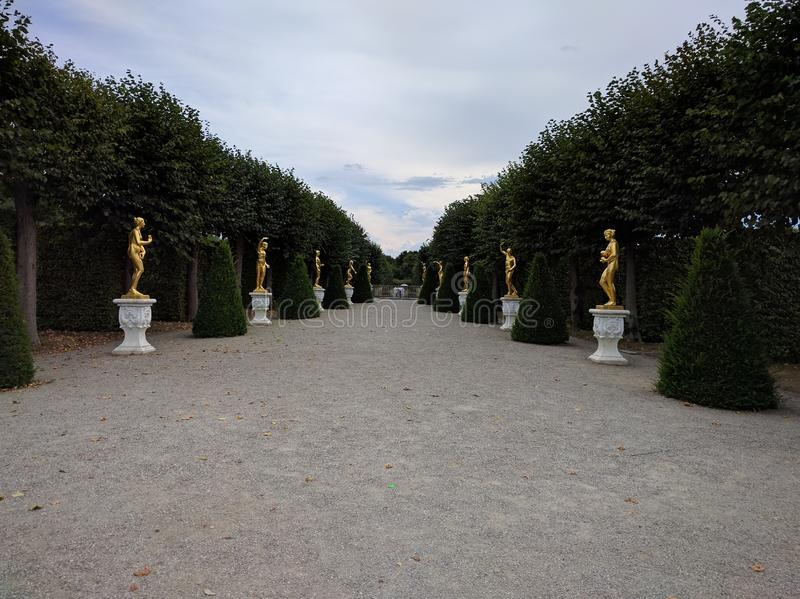 Бульвар Herrenhausen статуй стоковые изображения rf