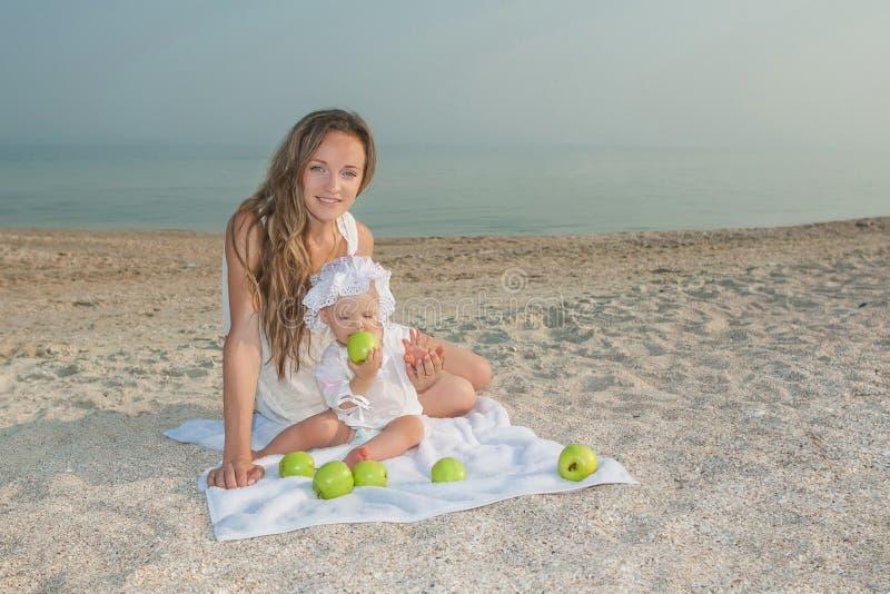 Будьте матерью и ее дочь имея потеху на пляже стоковое фото rf