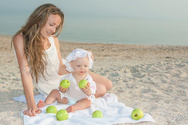 Будьте матерью и ее дочь имея потеху на пляже стоковое изображение