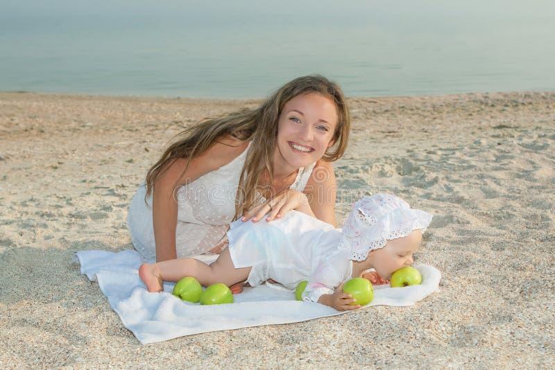 Будьте матерью и ее дочь имея потеху на пляже стоковые изображения