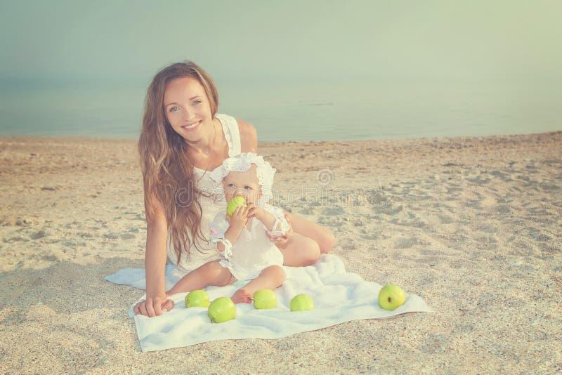 Будьте матерью и ее дочь имея потеху на пляже стоковая фотография rf