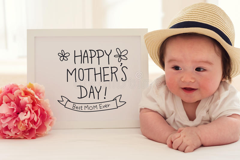 Будьте матерью массажа дня ` s с счастливым ребёнком стоковая фотография rf