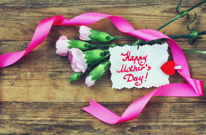 Будьте матерью открытки дня ` s, розовых гвоздик и примечания стоковое фото