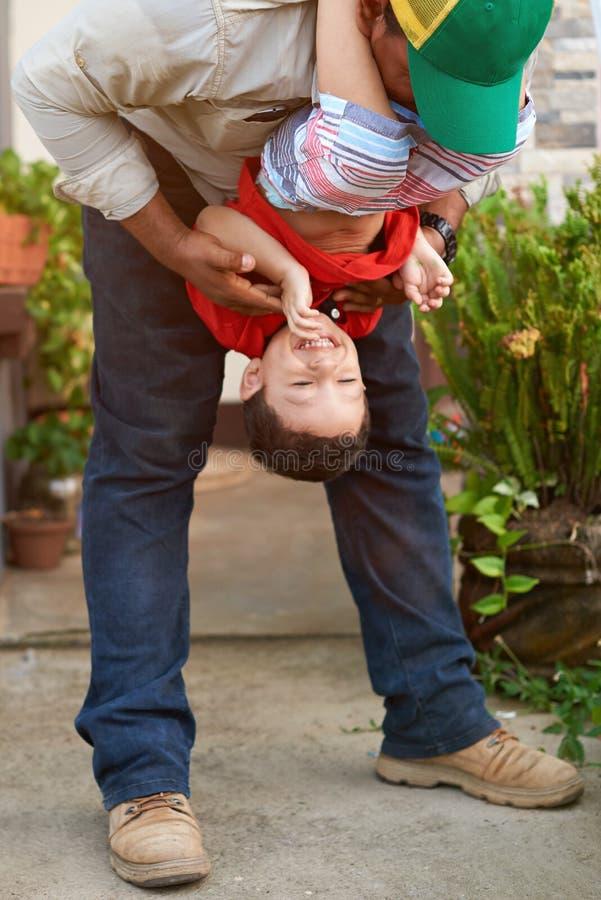 будьте отцом его играя сынка стоковое изображение rf