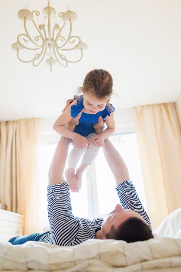 Будьте отцом иметь потеху с его милой маленькой дочерью стоковая фотография