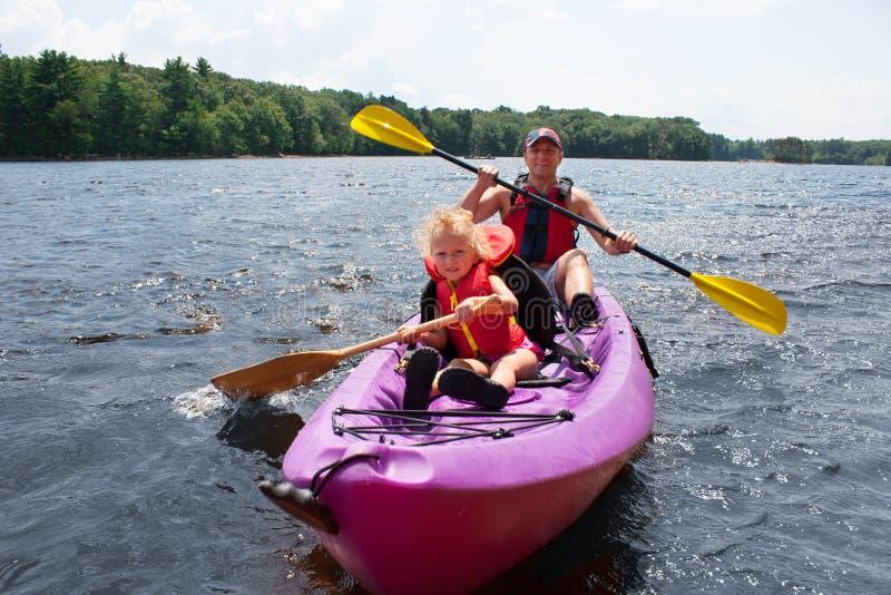 Отец и дочь kayaking стоковые фотографии rf