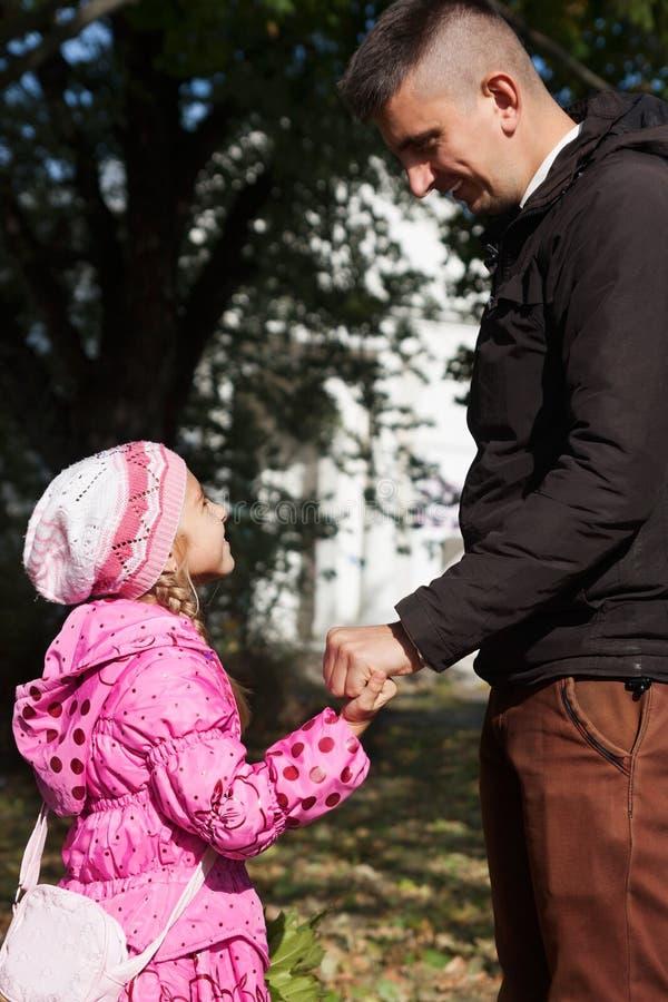 Будьте отцом прогулки с дочерью стоковое изображение rf