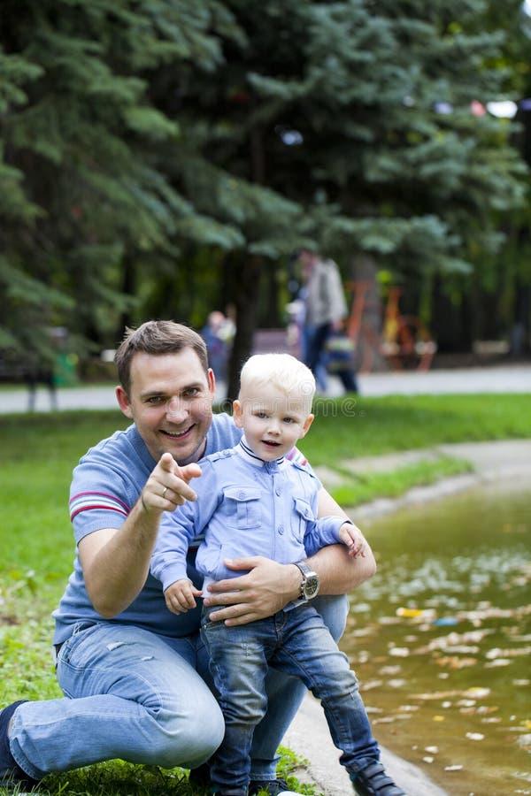 Будьте отцом с годовалым сыном 2 в парке лета стоковая фотография