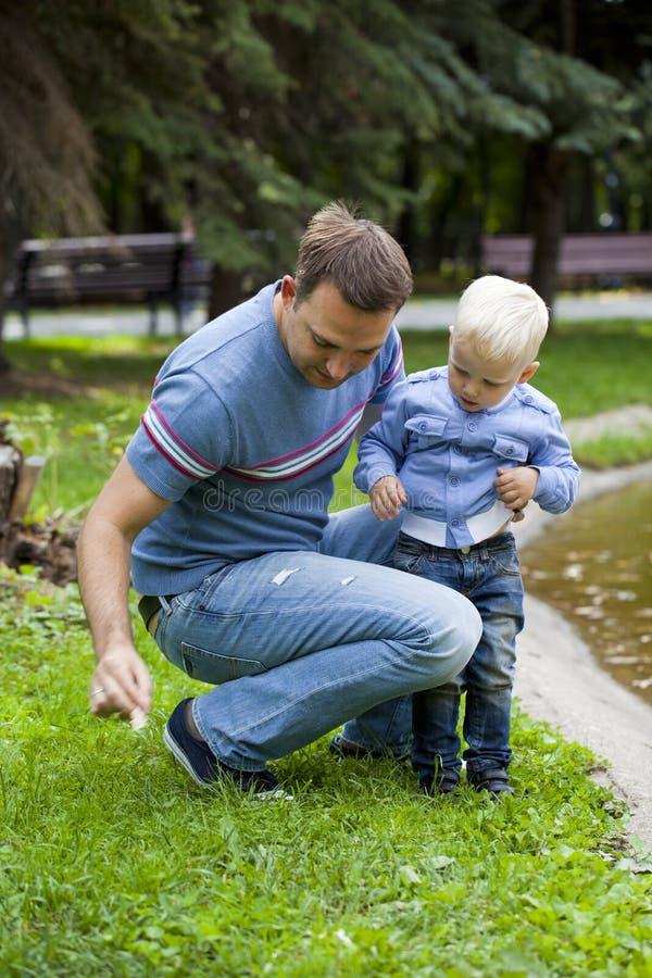 Будьте отцом с годовалым сыном 2 в парке лета стоковые фотографии rf