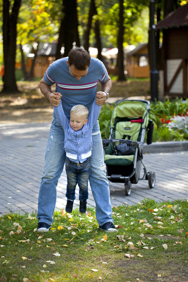 Будьте отцом с годовалым сыном 2 в парке лета стоковые изображения rf