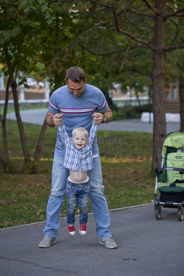Будьте отцом с годовалым сыном 2 в парке лета стоковое изображение