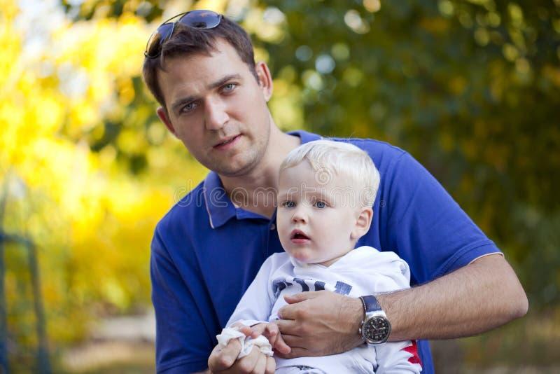 Будьте отцом с годовалым сыном 2 в парке лета стоковое изображение rf