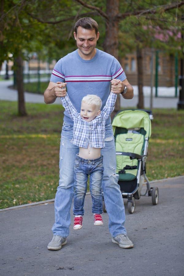 Будьте отцом с годовалым сыном 2 в парке лета стоковая фотография rf