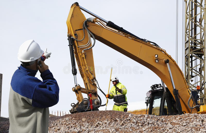Бульдозер и работники в действии стоковая фотография rf