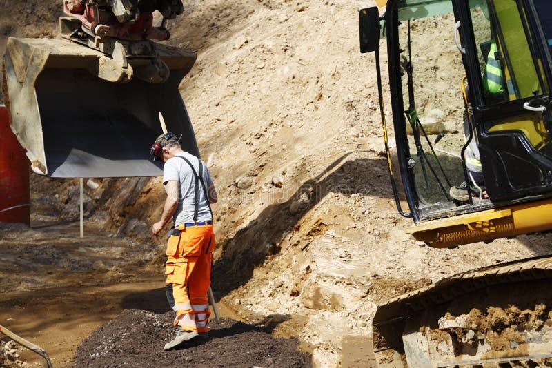 Бульдозер и работник места в действии стоковые изображения rf