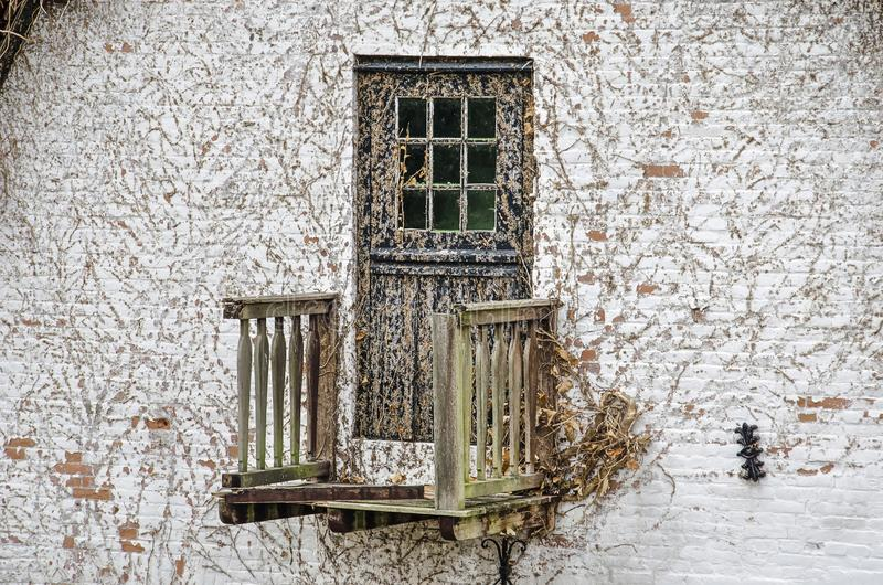 Бывший балкон старого дома стоковая фотография