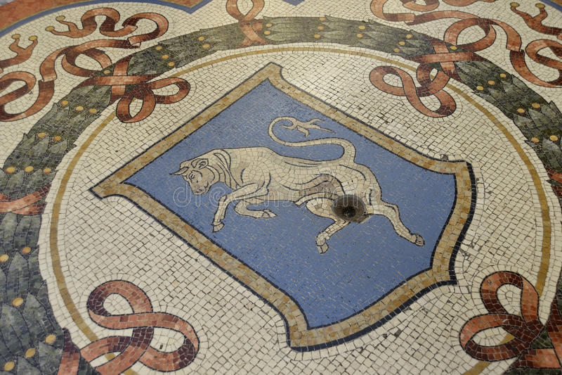 Бык мозаики в Galleria Vittorio Emanuele в милане стоковое изображение