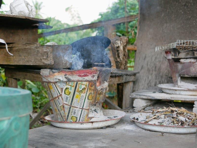 Была начата тайская традиционная плита угля с дымом как огонь стоковое изображение rf